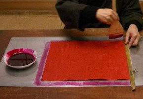 紅を和紙に塗る