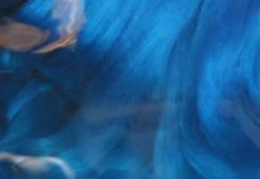 藍の生葉染で染めた生絹糸